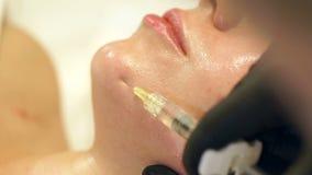 Kosmetiker, der Einspritzung im Gesicht der Frau, Nahaufnahme macht Biorevitalization stock video footage