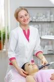 Kosmetiker der jungen Frau tut das Reinigungsverfahren Stockfoto