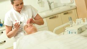 Kosmetiker, der Ultraschallgesichtsreinigung beginnt stock video footage