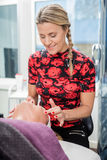 Kosmetiker Giving Face Massage zum Kunden im Salon Lizenzfreie Stockfotografie