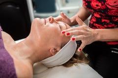Kosmetiker Giving Face Massage zum weiblichen Kunden Lizenzfreie Stockfotografie