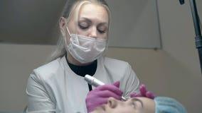 Kosmetiker im weißen Mantel über schwarzer Pulloverfarbaugenbraue stock video footage