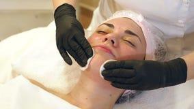 Kosmetiker macht das Verfahren biorevitalisation ein junges M?dchen stock video