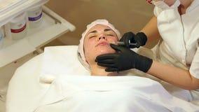 Kosmetiker macht das Verfahren biorevitalisation ein junges M?dchen stock video footage