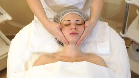 Kosmetiker macht eine Massage vom Gesicht des Halses und der Schultern eines jungen M?dchens stock footage