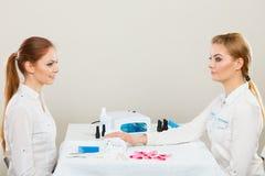 Kosmetiker mit Kunden am Schönheitssalon Stockfoto