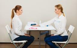 Kosmetiker mit Kunden am Schönheitssalon Stockbild