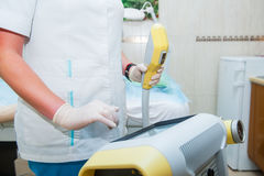 Kosmetiker stellt Laser-Ausrüstung auf kosmetische Verfahren im Kosmetikerbüro, Abschluss oben ein Lizenzfreie Stockfotografie
