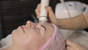 Kosmetiker tut Rf-Face lifting-Verfahren für eine Frau in einem Schönheitssaal Hardware Cosmetology stock video