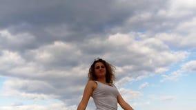 Kosmetikfeiertags-Seesonnenaufgang des gelockten Haares des schönen Mädchens junger stock video