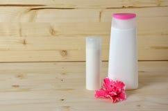 Kosmetikflaschen und -blume Lizenzfreie Stockbilder