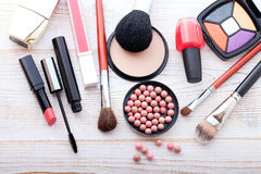 Kosmetikmake-up auf weißem hölzernem Hintergrund Draufsichtspott oben Stockfoto