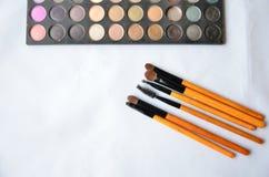 Kosmetiksatz Bürsten und Lidschatten auf weißem Hintergrund Stockbild