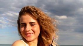 Kosmetikseesonnenaufgang des gelockten Haares des schönen Mädchens junger stock footage
