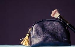 Kosmetiktasche mit Zubehör, auf einem dunklen Hintergrund lizenzfreies stockfoto