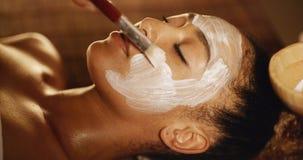Kosmetisch masker op het gezicht stock footage