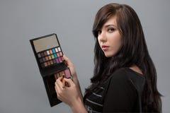 Kosmetisch schoonheidsprocedures en makeover concept De make-up professionele palet en borstel van de vrouwenholding Samenstellin stock fotografie