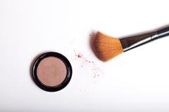 Kosmetische Bürste und erröten das lokalisierte Pulver Lizenzfreie Stockfotos