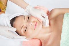 Kosmetische Behandlung am Badekurortsalon Stockbilder