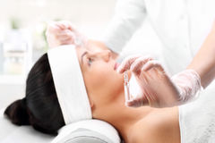 Kosmetische Behandlung, mesotherapy Nadel Lizenzfreie Stockfotografie