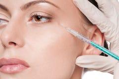 Kosmetische botox Einspritzung im Schönheitsgesicht stockbild