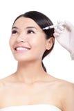Kosmetische botoxinjectie in vrouwengezicht Stock Foto's