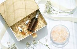 Kosmetische bruine flessencontainers met lint en giftdozen Stock Foto's