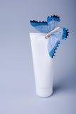 Kosmetische buis met vlinder Royalty-vrije Stock Fotografie