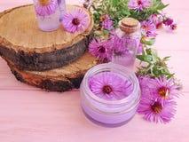 Kosmetische Creme, Auszug, organische alternative Chrysanthemenblume auf einem rosa hölzernen Hintergrund lizenzfreies stockfoto