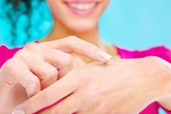 Kosmetische Creme an Hand Lizenzfreies Stockbild