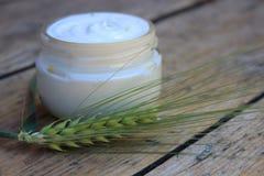 Kosmetische Creme mit Weizenspitze Stockfotos