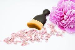 Kosmetische die borstel voor make-up op witte achtergrond wordt geïsoleerd Stock Foto's