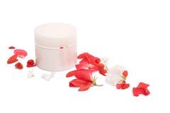 Kosmetische doos en bloembloemblaadjes Royalty-vrije Stock Fotografie