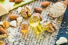 Kosmetische en medische olie van okkernoten, amandelen, cacaoboterclose-up royalty-vrije stock foto