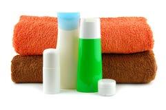 Kosmetische Flaschen mit Badtüchern Stockbilder