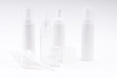 Kosmetische Flaschen mit Pinsel und Shell Stockfotos