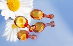 Kosmetische Flaschen und Blume lizenzfreie stockbilder