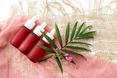 Kosmetische flessen, roze oliekruiken, royalty-vrije stock foto's
