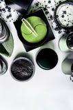 Kosmetische im Gesichtprodukte, die im schwarzen und braunen Verpacken einstellen Natürliche Kosmetik Moderne Hautpflege mit Auge lizenzfreies stockbild