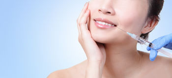 Kosmetische injectie in de vrouwelijke lippen Royalty-vrije Stock Fotografie