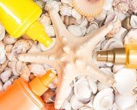Kosmetische Lichtschutzprodukte mit Oberteilen und Starfish Stockbilder