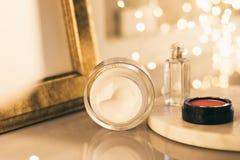 kosmetische Luxusprodukte, Antialtersfeuchtigkeitscreme - Schönheit, Kosmetik und skincare angeredetes Konzept stockfotos