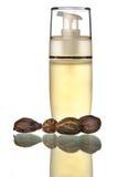 Kosmetische olie met sheaboomboter stock afbeelding