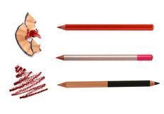 Kosmetische potloden die met schil op wit scherpen en stock afbeelding