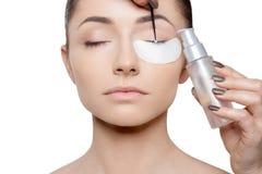 Kosmetische procedure met gesloten ogen Horizontale mening royalty-vrije stock foto