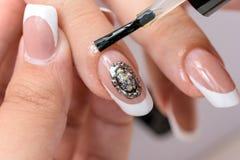 kosmetische Produkte Art Manicure Moderne Art Schönheitshände mit stilvollen bunten modischen Nägeln Stockbild