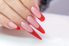 kosmetische Produkte Art Manicure Roter schwarzer Nagellack Steigung der modernen Art Schönheitshände mit stilvollen bunten modis Lizenzfreies Stockbild