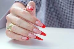 kosmetische Produkte Art Manicure Roter schwarzer Nagellack Steigung der modernen Art Schönheitshände mit stilvollen bunten modis Stockfotos