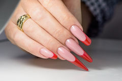 kosmetische Produkte Art Manicure Roter schwarzer Nagellack Steigung der modernen Art Schönheitshände mit stilvollen bunten modis Lizenzfreies Stockfoto