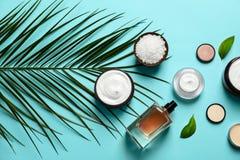 Kosmetische Produkte der unterschiedlichen Hautpflege mit grünen Blättern lizenzfreies stockfoto